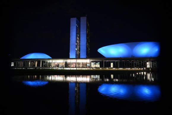 Em  anos  anteriores,  prédios c omo  o Congresso Nacional,  em  Brasília, foram iluminados em azul  na  época  da  campanha  Arquivo/Agência Brasil